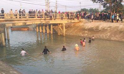 Nam sinh lớp 3 mất tích, hàng chục người ngâm mình dưới dòng nước buốt giá để tìm kiếm