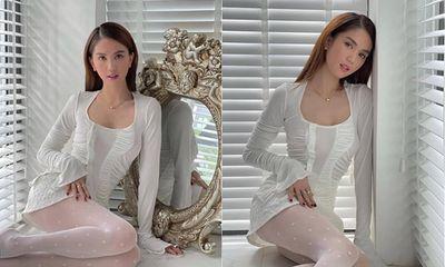 Ngọc Trinh diện váy trắng ngồi bên cửa sổ cũng đủ