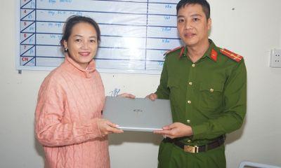 Người phụ nữ ở Quảng Nam vui mừng nhận lại laptop bị mất cắp