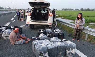 Cặp vợ chồng đi xe gắn biển số giả chở thuốc lá lậu, tông xe CSGT hòng thoát thân