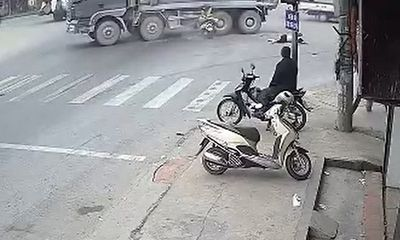 Phóng nhanh vượt đèn đỏ, hai người phụ nữ đâm vào xe tải tử vong