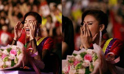 Minh Tú diện đầm lục sắc, vỡ òa cảm xúc khi học trò giành vương miện