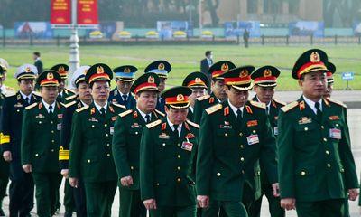 Đại biểu dự Đại hội Đảng lần thứ XIII viếng Chủ tịch Hồ Chí Minh và các anh hùng, liệt sĩ