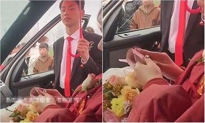 Cô dâu ngồi lì trên xe hoa đếm tiền đến 3 lần, phản ứng của chú rể khiến ai cũng ngao ngán