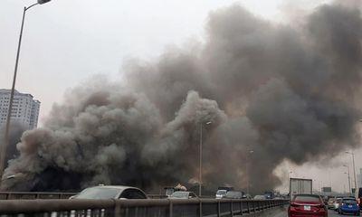 Cháy nhà kho khu Linh Đàm: Cột khói đen cao hàng chục mét, tiểu thương tháo chạy