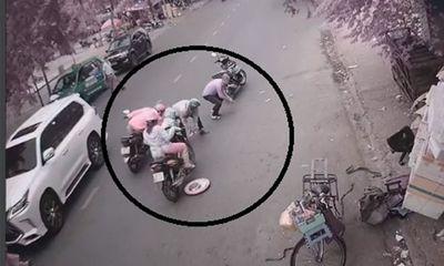 Vụ cô gái đi xe máy đánh rơi cọc tiền 30 triệu: Trích xuất camera truy tìm những người