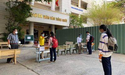 Phụ huynh bay cùng chuyến với bệnh nhân COVID-19, gần 100 học sinh ở TP.HCM nghỉ học