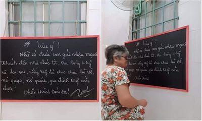 Bà ngoại treo tấm bảng