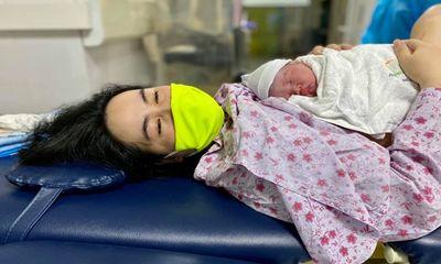 Quảng Ninh: Bé gái thứ 3 chào đời an toàn tại khu cách ly COVID-19