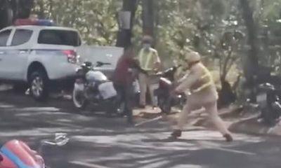 Xác minh video người đàn ông dùng dao đuổi chém CSGT ở Đắk Lắk