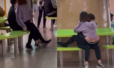 Phẫn nộ cặp đôi thản nhiên 'ân ái' giữa khu vui chơi trẻ em đông người