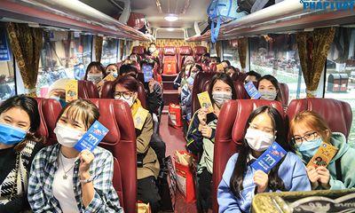 Sinh viên đeo hai lớp khẩu trang, lên xe miễn phí về quê