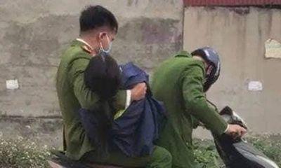 Xúc động hình ảnh chiến sĩ công an bế nữ cán bộ y tế ngất xỉu đi cấp cứu khi chống dịch ở Hải Dương