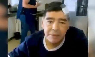 Video hình ảnh cuối cùng của Maradona trước khi qua đời: Nghi vấn chiếc băng trên đầu