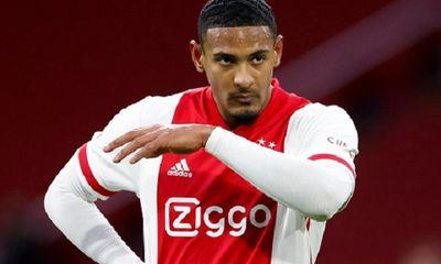 Ajax Amsterdam quên đăng ký tiền đạo đắt giá tại Europa League