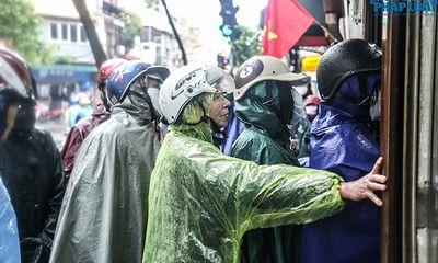 Người Hà Nội đội mưa, xếp hàng dài như thời bao cấp để mua bánh chưng nổi tiếng