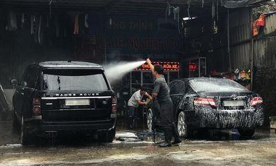 """Hà Nội: Giá rửa xe tăng đến 200 nghìn đồng/lần, khách vẫn """"nườm nượp"""" ra vào"""