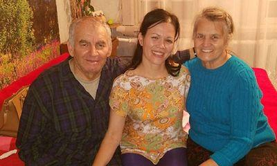 Hết mực thương con mặc lời dị nghị, đôi vợ chồng sững người khi biết thân thế của cô bé sau 39 năm