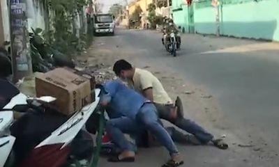 Video: Cảnh sát áp sát, quật ngã đối tượng buôn lậu hàng ngàn viên pháo nổ