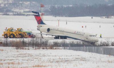 Máy bay Mỹ trượt khỏi đường lăn tại sân bay, không có người bị thương