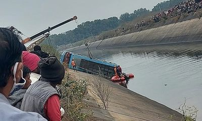 Ấn Độ: Xe buýt lao xuống kênh khiến hơn 40 người thiệt mạng