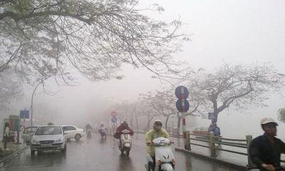 Miền Bắc đón không khí lạnh, người dân đi làm trở lại trong mưa rét