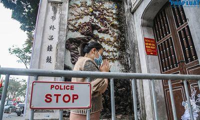 Người Hà Nội đi lễ ngày mùng 5 Tết: Vái vọng từ xa, nhét tiền qua khe cổng