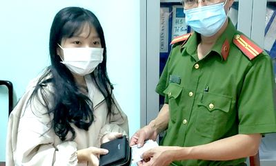 Đánh rơi ví lúc đi sắm Tết, nữ sinh được cụ bà 69 tuổi trả lại