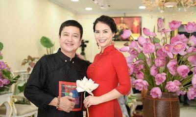 NSƯT Chí Trung về quê ăn Tết cùng bạn gái kém 17 tuổi, diện áo dài chụp ảnh với cả gia đình