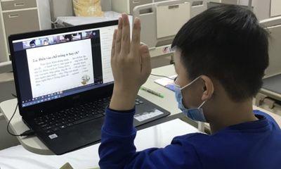 Nam sinh trường Xuân Phương nhiễm COVID-19 học trực tuyến từ bệnh viện