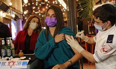 Một nửa dân số được tiêm vaccine COVID-19, Israel tự tin mở cửa trở lại