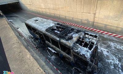 Hiện trường vụ xe buýt bất ngờ bốc cháy ở hầm chui An Sương