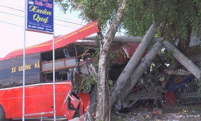 Xe khách giường nằm đâm xe đạp rồi lao vào cột điện, 3 người chết, 4 người bị thương
