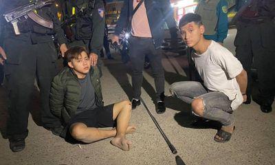 Cảnh sát nổ súng, truy đuổi 2 thanh niên mang