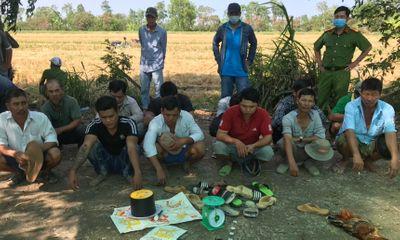 Đột kích sới bạc giữa cánh đồng ở Tiền Giang: Bất ngờ những tang vật thu giữ