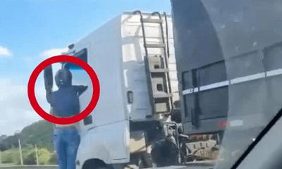 Hoảng hốt cảnh người đàn ông đu bám cánh xe tải đang chạy, lý do khiến ai nấy xót thương