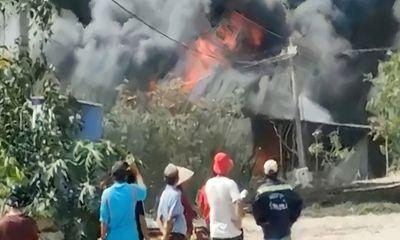 TP.HCM: 3 căn nhà bốc cháy ngùn ngụt, nhiều người hốt hoảng tháo chạy