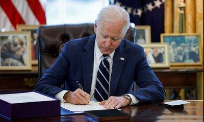 Tổng thống Mỹ Joe Biden ký ban hành gói cứu trợ COVID-19 trị giá 1900 tỷ USD