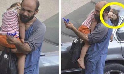 Bố bế con gái nhỏ đi bán bút bi dạo đổi đời ngoạn mục, tất cả nhờ một bức ảnh chụp lén
