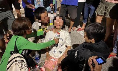 Mẹ mang thai khóc ngất bên bờ biển khi nhận thi thể con trai 7 tuổi đuối nước tử vong thương tâm