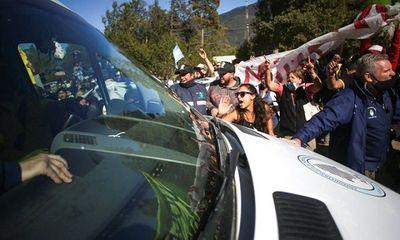 Xe chở Tổng thống Argentina bị người biểu tình ném đá
