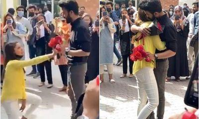 Cầu hôn lãng mạn trước đám đông, hai sinh viên bị trường cho thôi học