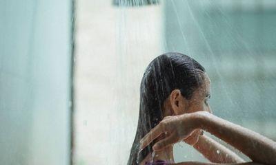 """Con dâu bỗng dưng tắm 5 lần mỗi ngày, mẹ chồng khó hiểu rồi """"chết lặng"""" vì sự thực đau đớn phía sau"""