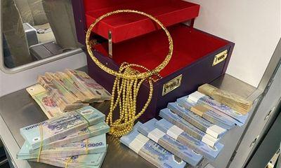 Hành khách đi máy bay bỏ quên vali chứa 315 triệu cùng nhiều vòng vàng