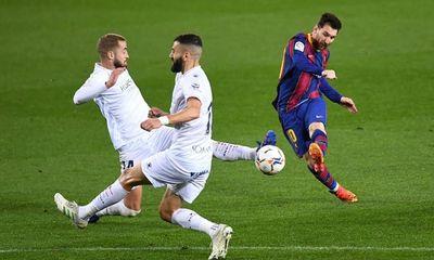 Messi lập cú đúp bằng 2 pha sút xa, đưa Barca tiến gần ngôi đầu bảng