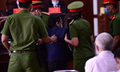 Bà Dương Thị Bạch Diệp xông lên bục khai báo la hét, phản đối tại tòa