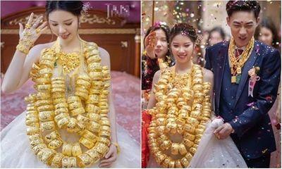 Hoa mắt với cặp cô dâu chú rể đeo cả trăm vòng vàng đến trĩu cổ, xứng tầm đám cưới
