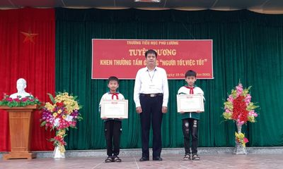 Khen thưởng học sinh lớp 4 nhặt được hơn 30 triệu đồng, tìm trả người đánh mất