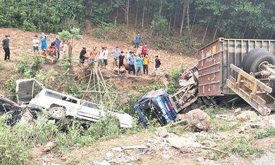 Quảng Trị: Container đổ đèo mất lái, đâm liên hoàn nhiều phương tiện xuống vực