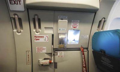 Mở cửa thoát hiểm để đi vệ sinh, nam hành khách bị phạt 15 triệu đồng
